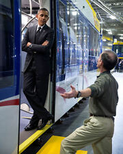 BARACK OBAMA TOURS CAR IN METRO TRANSIT FACILITY IN ST. PAUL 8X10 PHOTO (ZY-592)