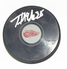THOMAS MCCOLLUM Signed DETROIT RED WINGS HOCKEY PUCK! AUTOGRAPH! 1004305