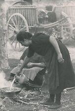 ÎLE DE MAJORQUE c. 1935 - Femme cuisinant au Monastère de Lluc  Espagne  - P 501