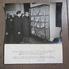 PHOTO DE PRESSE 1944 AMIRAL BLEHAUT POTERIES CHINOISES MUSEE DES ARTS DECORATIFS