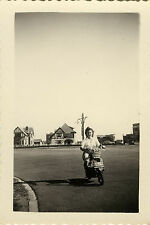 PHOTO ANCIENNE - VINTAGE SNAPSHOT - SCOOTER MOTO VESPA FEMME DRÔLE - MOTORCYCLE