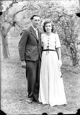 Couple homme femme extérieur arbres - négatif photo ancien an. 1940 negative