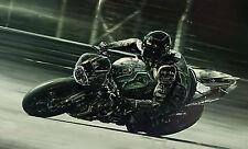 Grand imprimé encadrée-Noir superbike vitesse dans une piste de course (photo art)