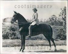 1932 Pretty NY Society Woman J Farnham on Her Horse Press Photo
