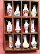 collection 12 miniatures décor fleur en porcelaine ou faïence avec cadre en boi