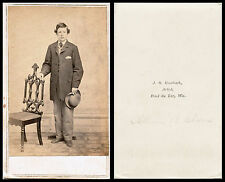 CIVIL WAR ERA CDV PHOTO - YOUNG MAN HOLDING HAT & FOND DU LAC, WISCONSIN STUDIO