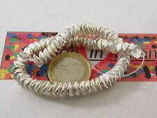 1 filo di  dischetti graffiati e piegati in ottone placcato argento di 6x1 mm