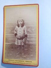 Paris - stehendes kleines Kind - Mädchen ? mit Eimer in Hand - Portrait / CDV
