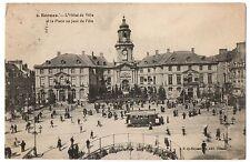 CPA 35 - RENNES (Ille et Vilaine)  L'Hôtel de Ville et la Place un Jour de Fête
