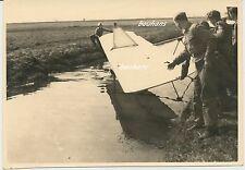 Foto Pimpfe-Segelflugzeug-Bruchlandung im Wasser 2.WK (i571)