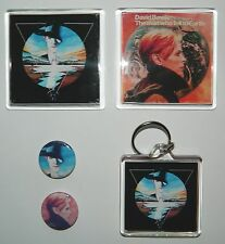DAVID BOWIE - THE MAN WHO FELL TO EARTH - 2 SQUARE MAGNETS / KEYRING / 2 BADGES