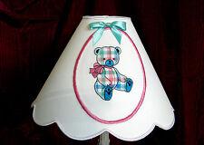 Pour la chambre de Bébé....Abat-jour blanc avec medaillon brodé d'un ourson 30cm