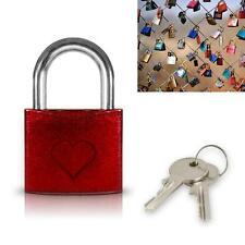 Petit cadenas rouge des amoureux avec un coeur - Pont des arts - Saint valentin
