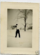 Photo ancienne portrait homme fusil chasseur chasse hiver neige - an. 1956