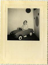 PHOTO ANCIENNE - VINTAGE SNAPSHOT - ENFANT VOITURE À PÉDALES MODE DRÔLE -CAR TOY