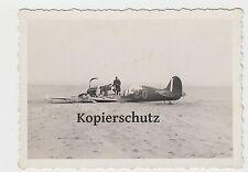 Foto 2. Wk abgestürztes zerstörtes englisches Flugzeug Jäger am Strand Meer