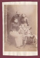 Photo ancienne - famille jouet cheval à roulettes