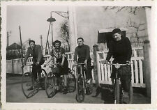 PHOTO ANCIENNE - VINTAGE SNAPSHOT - GROUPE VÉLO BICYCLETTE MODE DRÔLE - BIKE FUN