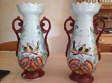 Paire de vases en porcelaine peinte dans le goût de paris