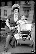 Femme & enfant bébé landau parc Paris - Ancien négatif photo an. 1940