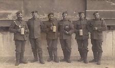 Orig. Foto-AK MÜNCHEN Soldaten Bierkrüge Schützenschnur vor Gebäude 1914