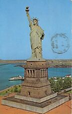 BG13996 ship bateaux statue of liberty island new york bay usa
