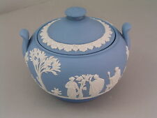 WEDGWOOD LIGHT BLUE JASPERWARE CLASSICAL LIDDED SUGAR BOWL.