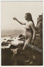 NUDE WOMAN ON ROCKY COAST / NACKTE FRAU AN DER KÜSTE * Vintage 20s VdS Photo PC