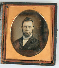 DAGUERREOTYPE GOLD TONE TINTED PORTRAIT MAN. SIXTH PLATE FULL CASE.