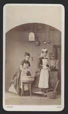 6305a❚ CDV Foto von 1869, 2 Frauen in der Küche am Ofen Thonet Hocker , Prag