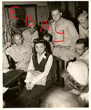 WWII PHOTOGRAPH 8X10 US OFFICERS INTERROGATE TOKYO ROSE 9.8.1945 LOOK