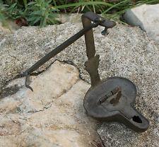ancienne petite lampe a huile rave de mines en fer décor coq