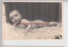 (F5988) Orig. Foto Baby auf Schaffell, 1940er