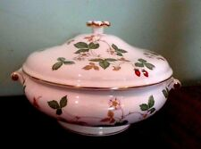 WEDGWOOD WILD STRAWBERRY COVERED VEGETABLE/SOUP TUREEN small flaw