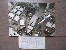 PHOTO DE PRESSE 1955 PARIS CIRCULATION AUTOMOBILES CAMIONS COUR D'IMMEUBLE