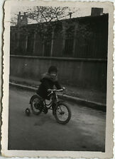 PHOTO ANCIENNE - VINTAGE SNAPSHOT - ENFANT VÉLO BICYCLETTE - CHILD BIKE 1940