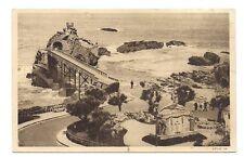 biarritz  vue sur l'esplanade  et le rocher de la vierge .