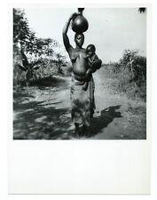 photographie Africa ethnie femme Logo revenant de la source 1946 Congo Afrique