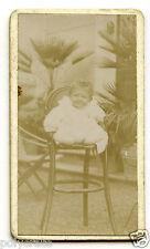 Enfant bébé sur chaise - photo ancienne sur carton an. 1910