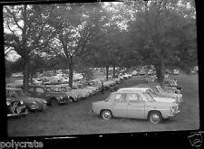 Portrait famille + voitures anciennes parking - Négatif photo ancien
