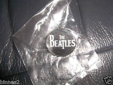 THE BEATLES BLACK & WHITE METAL LOGO PIN BADGE BROCH BRAND NEW STILL IN PACKET