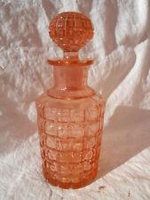 Ancien gros flacon à parfum décor quadrillé en verre rose