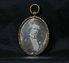 PENDANT W/ DAGUERREOTYPE PORTRAIT OF YOUNG WELL-DRESSED MAN