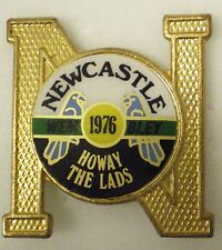 NEWCASTLE UNITED VINTAGE Football Non Enamel Pin Badge WEMBLEY 76 HOWAY THE LADS