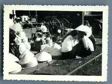Vietnam, Les vendeuses des chapeaux  Vintage silver print.  Tirage argentique