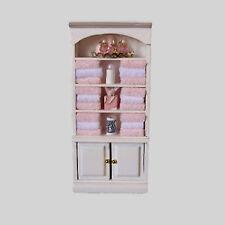 Bad Regal Schrank mit viel Deko Handtücher etc weiß Holz Puppenstube 1:12