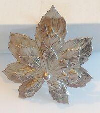 broche vintage feuille relief finement travaillé  de couleur argent 271