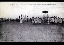 MARRAKECH (MAROC) CAVALIERS de TRIBU avec ETENDARDS présentés au SULTAN en 1914