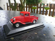 UNIVERSAL HOBBIES pour FABBRI FORD PICK-UP 1934 rouge, comme neuf sur socle.