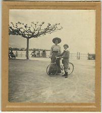 PHOTO ANCIENNE - VINTAGE SNAPSHOT - VÉLO BICYCLETTE MODE CHAPEAU ÉLÉGANCE - BIKE